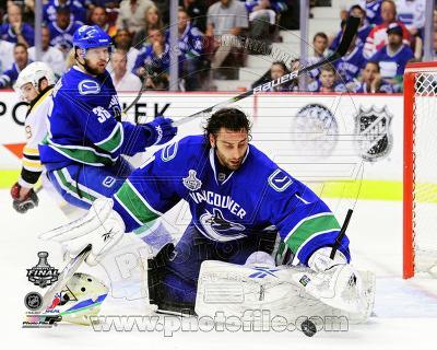 Roberto Luongo Game 2 of the 2011 NHL Stanley Cup Finals Action(#12)
