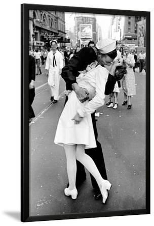 Kissing on VJ Day