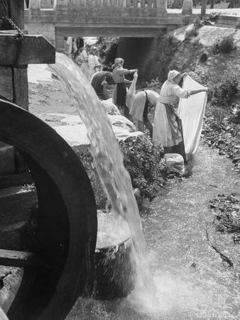 Washerwomen Washing the City's Clothes in the Stream