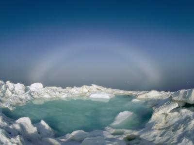A Strange Halo Appears on the Horizon of the Icy Arctic Environment
