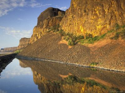 Upper Grand Coulee Basalt Cliffs and Banks Lake, Washington, USA