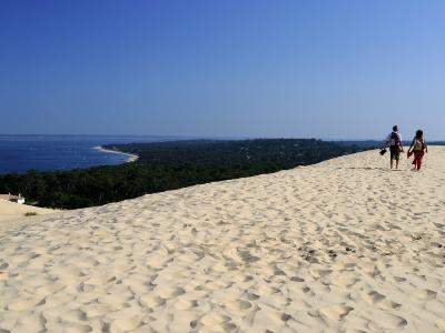 Couple Walking on the Dunes Du Pyla, Bay of Arcachon, Cote D'Argent, Aquitaine, France, Europe