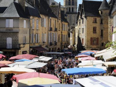 Market Day in Place De La Liberte, Sarlat, Dordogne, France, Europe