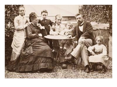 M. et Mme Gustave Eiffel et leurs 5 enfants, dans leur jardin de Levallois