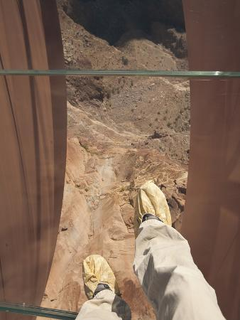 Walking over the Grand Canyon on a Glass Skywalk