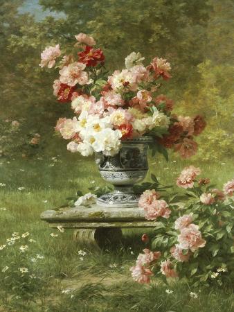 Vase Mit Pfingstrosen in Einem Garten