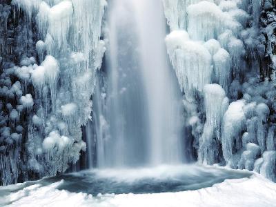 Multnomah Falls in Winter: Columbia Gorge, Oregon, USA
