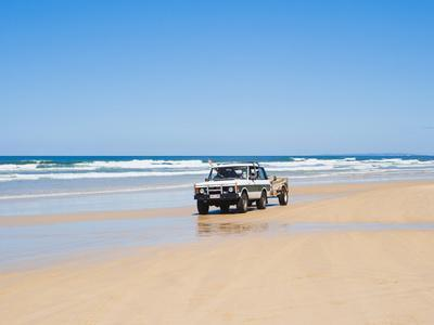 Tourists on 75 Mile Beach Self Drive 4x4 Tour of Fraser Is, UNESCO World Heritage Site, Australia