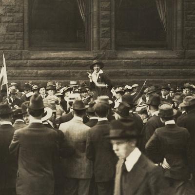 Suffragist Mabel Vernon Speaking to Large Crowd of Men in Chicago, 1917