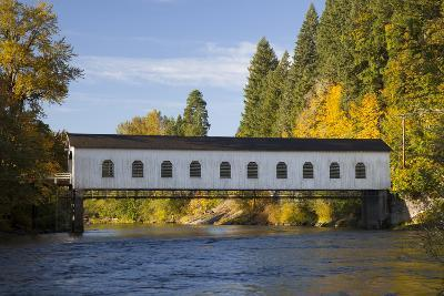 Goodpasture Covered Bridge, Mckenzie River, Lane County, Oregon, USA