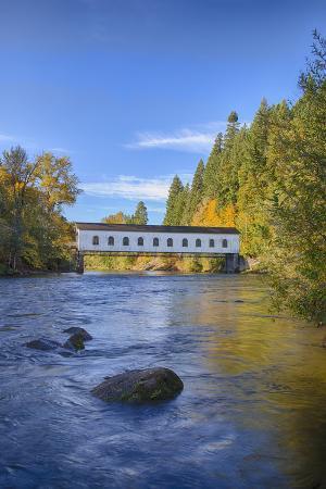 Goodpasture Covered Bridge, Mckenzie River, Lane County, Oregon, USA