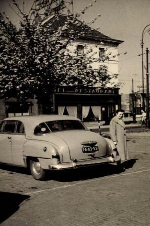 Foto Mann Mit Seinem Auto Vor Einem Restaurant