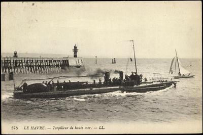 Französisches Kriegsschiff Im Hafen, Segelboot