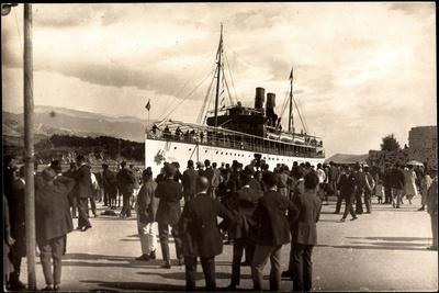 Dampfschiff Karacjorcje Im Hafen, Zuschauer
