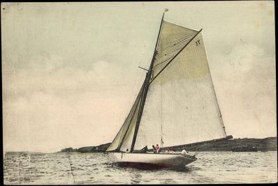 Segelboot in Seitenneigung, Wind, Wolken, Muecke