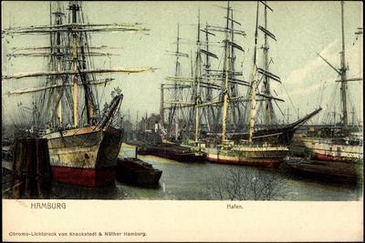 Hamburg, Partie Am Hafen Mit Schiffen, Segelboote