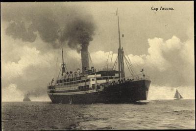 HSDG, Dampfschiff Cap Arcona in Fahrt, Segelboote