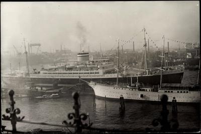 Blick Auf Dampfer Patria Im Hafen, Hapag