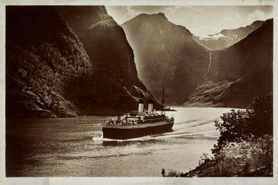 Dampfschiff Der Hsdg Unterwegs Im Nordland, Fjord