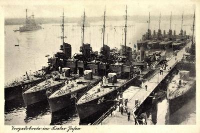 Kiel, Blick Auf Eine Gruppe Torpedoboote Im Hafen