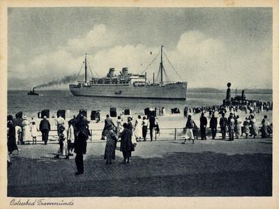 Lübeck Travemünde, Dampfer Am Strand, Zuschauer