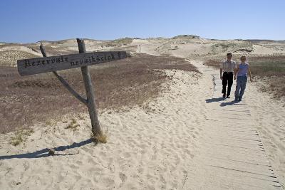 Lithuania, Klaipeda County, Curonian Spit, Vecekrugas, Couple on Beach