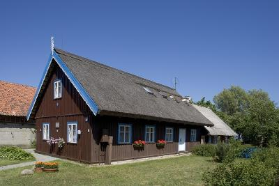 Lithuania, Klaipeda County, Curonian Spit, Nida, Typical Thatched House