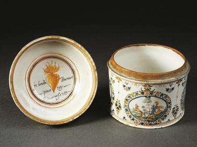 Powder Compact Jar with the Inscription Je Brule D'Amour Pour Toy Duaref Underside of Lid