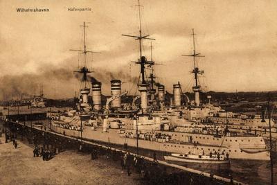 Kriegsschiff Wilhelmshaven, Hafenszene