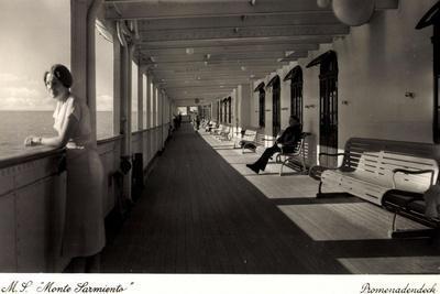 Kdf Dampfer Monte Sarmiento, Frau Auf Promenadendeck