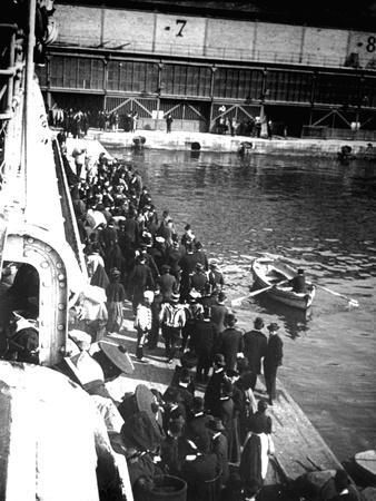 Visitors to Port Doumen, Saigon, Vietnam, 1900