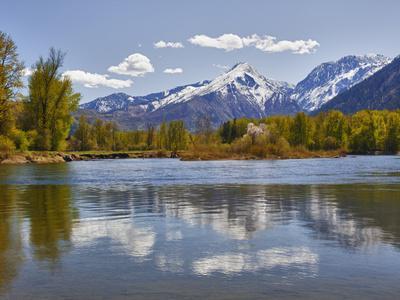 Wenatchee River and Cascade Mountains, Leavenworth, Washington, Usa