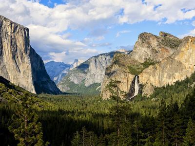Classic Tunnel-View, Bridalveil Falls, El Capitan and Half Dome, Yosemite, California, USA