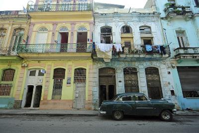 Cuba, La Havana, Old American Cars Driving Through Colonial Streets