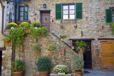 Italy, Tuscany, Courtyard