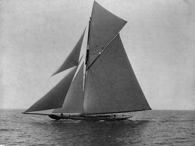 Racing Sloop in Full Sail