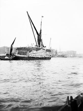 Topsail Barge on the Thames with its Top Mast Lowered, London, C1905