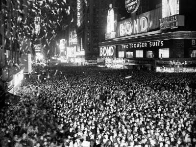 Three Quarters of a Million People Crowd into Times Square