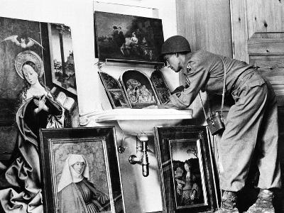 American Examines Art in Germany WWII
