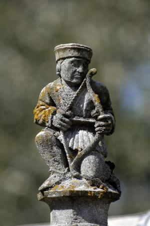 Château de Fougères-sur-Bièvre, sculpture au sommet d'un fronton de lucarne