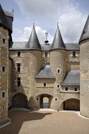 Château de Fougères-sur-Bièvre, cour d'honneur, revers de la façade d'entrée