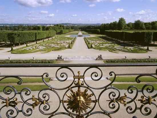 Château de Champs-sur-Marne, perspective du jardin depuis le balcon ...