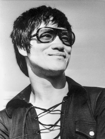 Bruce Lee wearing a Sun Glasses