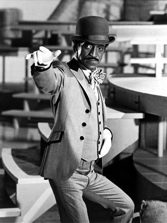 Sammy Davis pointing Suit With Hat
