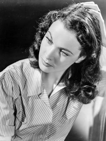 Vivien Leigh posed in Striped Shirt