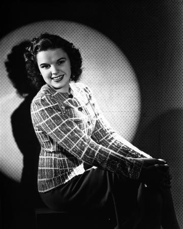 Judy Garland sitting down portrait light on her +tograph High Qua...