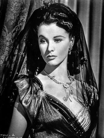 Vivien Leigh posed in Black and White Portrait