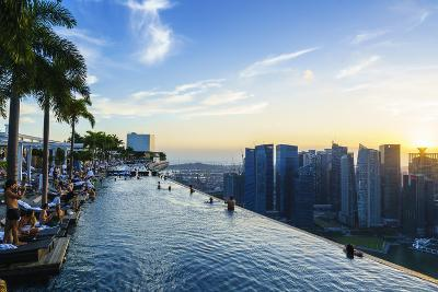 Infinity Pool on Roof of Marina Bay Sands Hotel with Spectacular Views over Singapore Skyline
