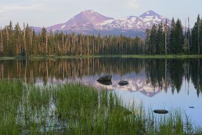 Usa, Pacific Northwest, Oregon Cascades, Scott Lake with Three Sisters Mountains