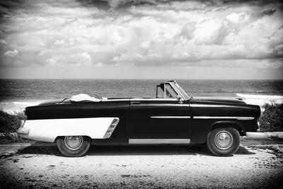 Cuba Fuerte Collection B&W - American Classic Car on the Beach